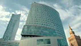 Grand immeuble moderne sur de nombreux étages avec beaucoup de fenêtres, business center clips vidéos