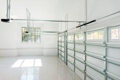 Grand intérieur de garage de trois voitures Image stock