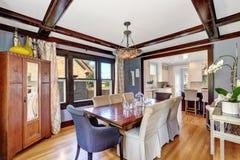 Grand intérieur de salle à manger avec des meubles de vintage image libre de droits
