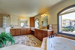 Grand intérieur de salle de bains dans la maison de luxe Photo libre de droits