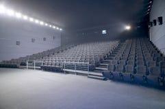 Grand intérieur moderne d'amphithéâtre de cinéma Photo stock