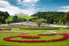 Grand jardin de Parterre avec Gloriette célèbre au palais de Schonbrunn images stock
