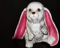 Grand lapin en céramique à oreilles souple rose pour les vacances photographie stock