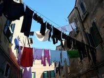 Grand lavage sur une rue étroite à Venise image libre de droits