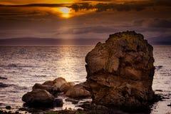 Grand littoral rocheux chez Dunoon la nuit de fin d'été image libre de droits