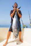 Grand loquet de thon de thonine par le pêcheur images stock