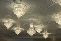 Grand lustre électrique fait de perles en verre sur un decorat blanc Photos libres de droits