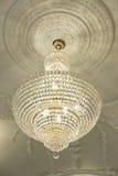 Grand lustre électrique fait de perles en verre sur un decorat blanc Photographie stock libre de droits