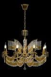 Grand lustre en cristal avec des bougies d'isolement sur le fond noir Image stock