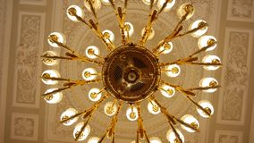 Grand lustre rond d'antiquité d'or accrochant sur le plafond banque de vidéos