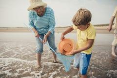 Grand-mère aidant la recherche de Little Boy Photos stock