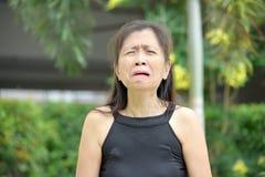 Grand-mère asiatique supérieure pleurante photos libres de droits