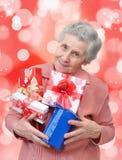 Grand-mère avec des cadeaux Images libres de droits