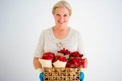 Grand-mère avec des fleurs Photographie stock
