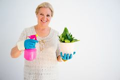 Grand-mère avec des fleurs Photographie stock libre de droits