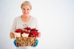Grand-mère avec des fleurs Images stock