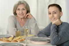 Grand-mère avec l'enfant au dîner Image libre de droits