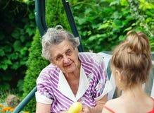 Grand-mère avec l'petit-enfant - femme supérieure parlant à son grandd Image libre de droits