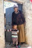 Grand-mère avec l'petit-enfant posant en entrée de leur maison dans la ville de Jugol Harar l'ethiopie Image stock