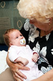 Grand-mère avec la chéri image stock