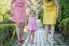 Grand-mère avec la fille et la petite-fille en parc Photo libre de droits