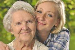 Grand-mère avec la petite-fille. Photo libre de droits