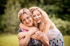 Grand-mère avec la petite-fille Image libre de droits