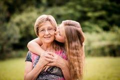 Grand-mère avec la petite-fille Photos stock
