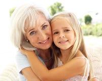 Grand-mère avec la petite-fille détendant ensemble Image libre de droits