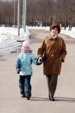 Grand-mère avec la petite-fille sur la promenade Image libre de droits
