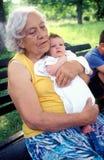 Grand-mère avec le bébé nouveau-né image stock