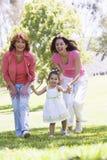 Grand-mère avec le descendant et la petite-fille adultes Photos stock