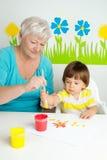 Grand-mère avec le dessin de petit-fils Photos libres de droits