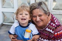 Grand-mère avec le petit garçon d'enfant en bas âge Image libre de droits