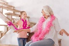 Grand-mère avec plaisir et petite-fille positives ayant l'amusement ensemble Photo libre de droits