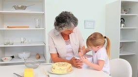 Grand-mère avec sa cuisson de petite-fille banque de vidéos