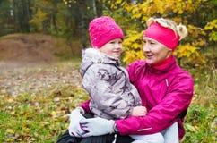 Grand-mère avec sa petite-fille en parc d'automne Photos stock