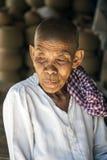 Grand-mère avec un froncement de sourcils sur son visage Images stock