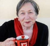 Grand-mère avec une cuvette de thé Photo libre de droits