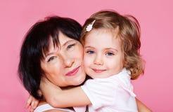 Grand-mère de embrassement de gosse Photo libre de droits