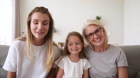 Grand-mère de mère de fille de trois générations causant avec le webcamera faisant l'appel visuel banque de vidéos