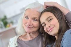 Grand-mère de portrait avec la petite-fille Photographie stock