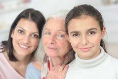 Grand-mère et mère de petite-fille se tenant dans la rangée Photo stock