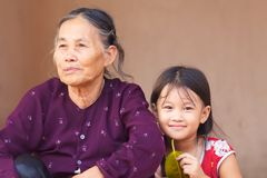 Grand-mère et enfant du Vietnam Photo libre de droits