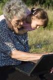 Grand-mère et enfant par le cahier Photo libre de droits