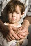 Grand-mère et enfant par prière Images libres de droits