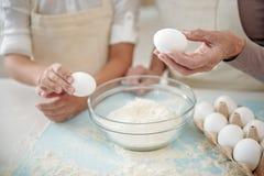 Grand-mère et enfant préparant la pâte ensemble Photographie stock