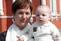 Grand-mère et enfant sérieux Image stock