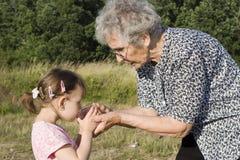 Grand-mère et enfant - soif Image stock
