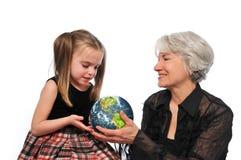 Grand-mère et fille retenant la terre Image libre de droits